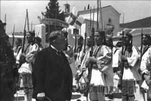 νelly Εορτασμοί της 4ης Αυγ Μεταξας στρατιώτες της Ανακτορικής Φρουράς έξω από το Α Γενικό Στρατιωτικό Νοσοκομείο Αθηνών